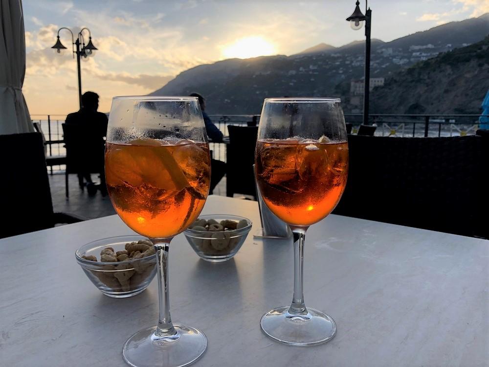 Zachód słońca i Aperol Spritz w restauracji Eldorado w Maiori.