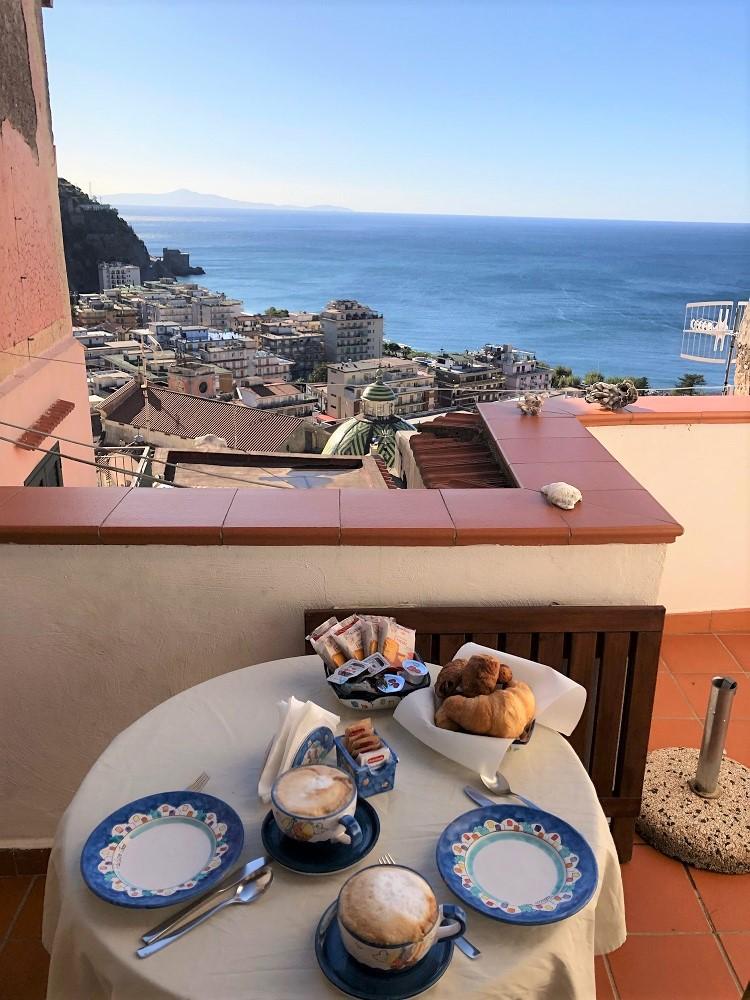 śniadanie na tarasie z widokiem na wybrzeże Amalfitańskie
