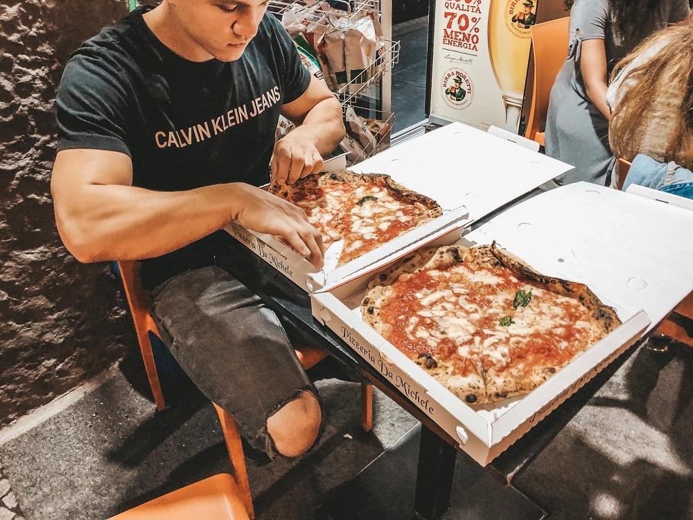 Pizza jedzona w barze naprzeciwko pizzerii