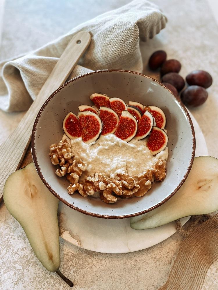Budyń z kaszy jaglanej z figami i orzechami włoskimi jadłospis jesienny